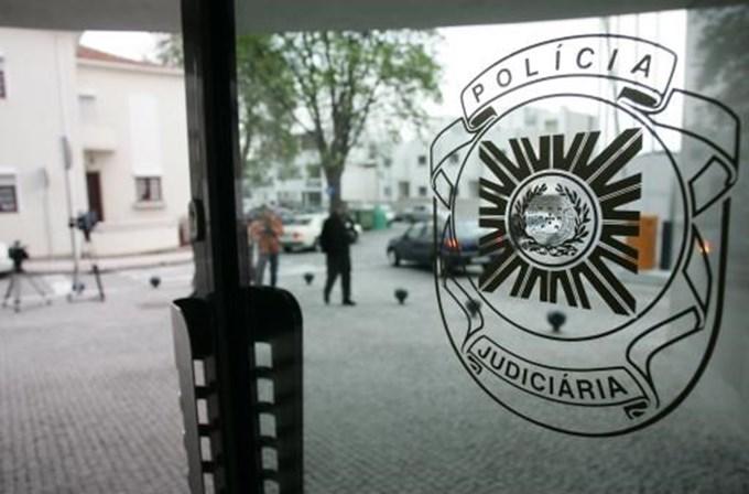 Homem armado assalta banco no Porto e está em fuga
