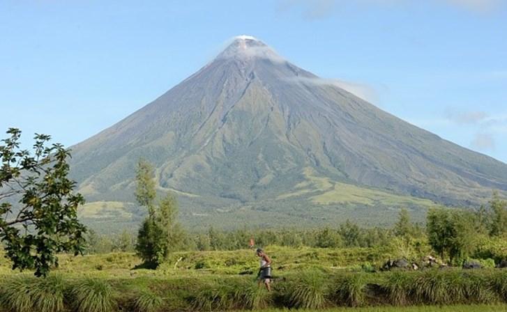 Erupção de vulcão deixa milhares de pessoas em centros de acolhimento