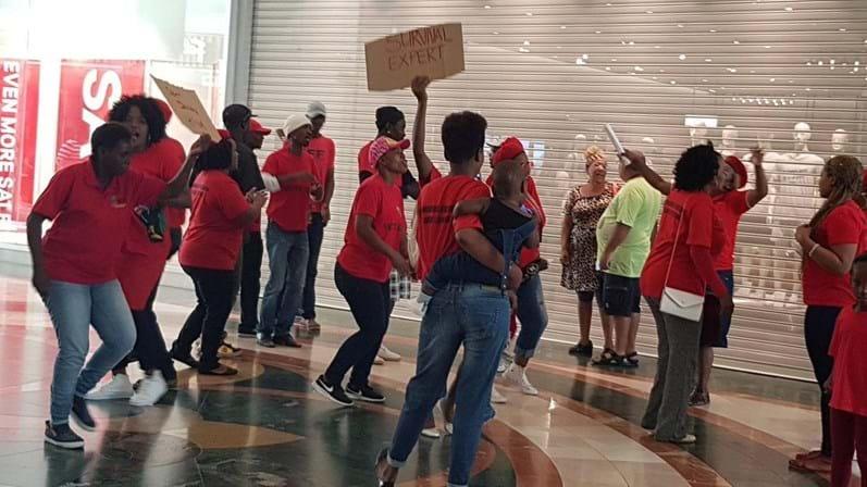 Sul-africanos exigem expulsão de H&M após anúncio racista
