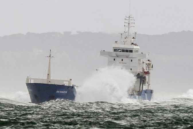 Força Aérea resgata tripulação de navio encalhado no Tejo