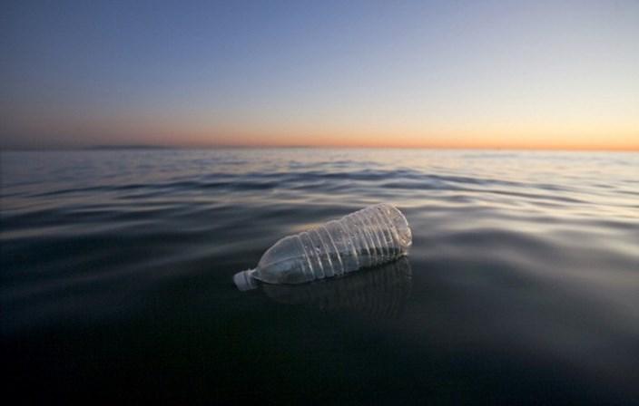 Água engarrafada contaminada com partículas de plástico